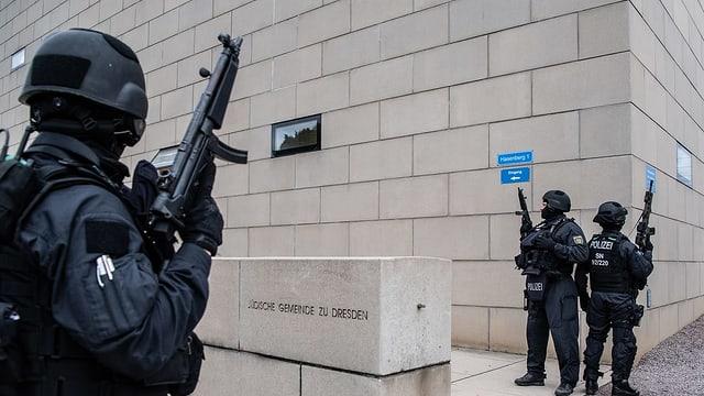 Polizisten vor Synagoge.