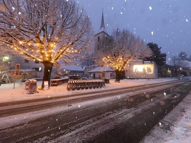 Rechtzeitig auf das Morgenerwachen ist der Schnee gefallen.