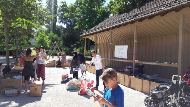 Freiwillige sortieren Spenden im Kannenfeldpark.