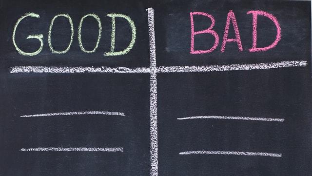"""Auf einer Tafel stehen die englischen Begriffe """"good"""" und """"bad""""."""