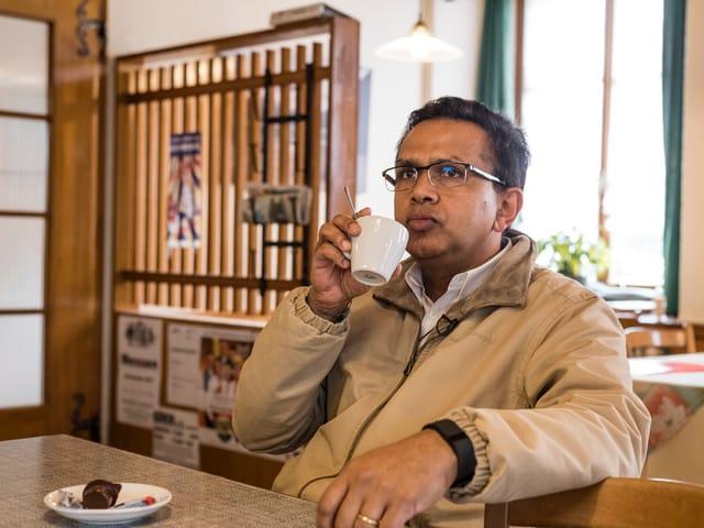 Prasad Bharanya trinkt in der Gaststube einen Kaffee.