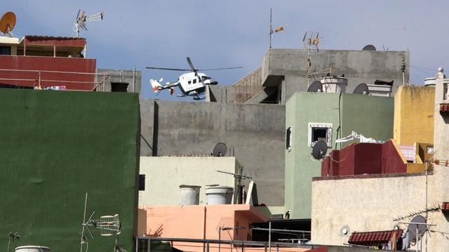 Helikopter in einem Stadtviertel.