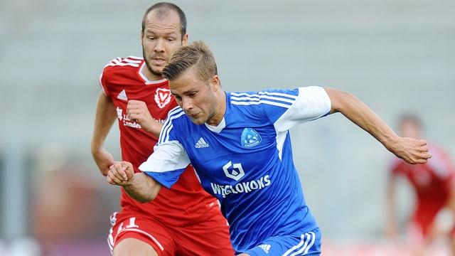 Daniel Dziwniel (vorne) im Duell mit Franz Burgmeier in der Europa-League-Quali.