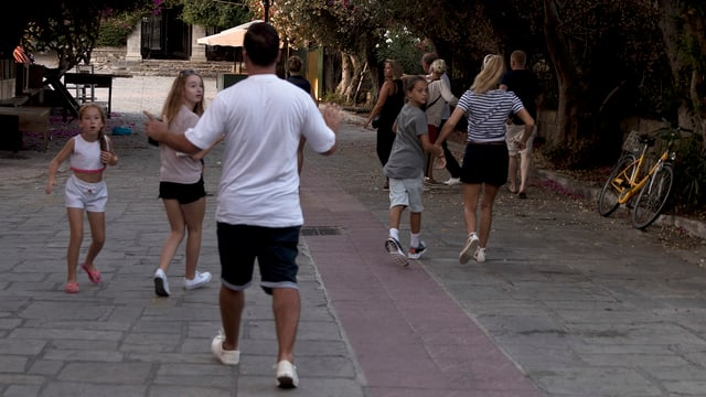 Turists sin via en il liber durant ils terratrembels posteriuras sin l'insla Kos.