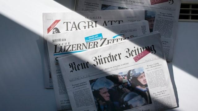 Zeitungen auf einem Tisch.