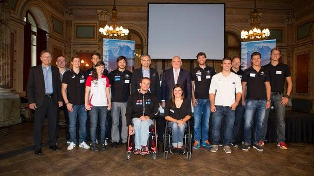 Gruppenbild mit den 13 vom Kanton Luzern unterstützten Sport-Cracks.