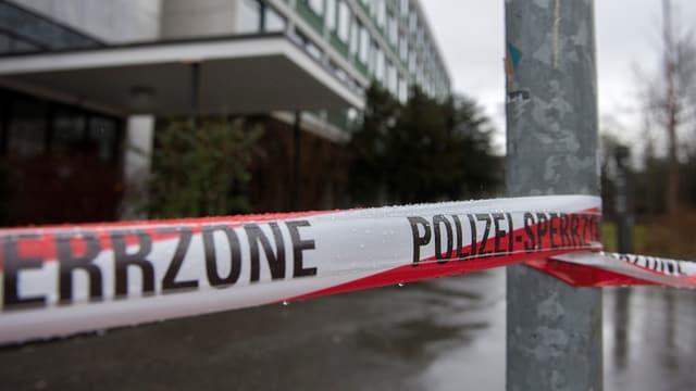 Absperrband mti der Aufschrift Sperrzone Polizei