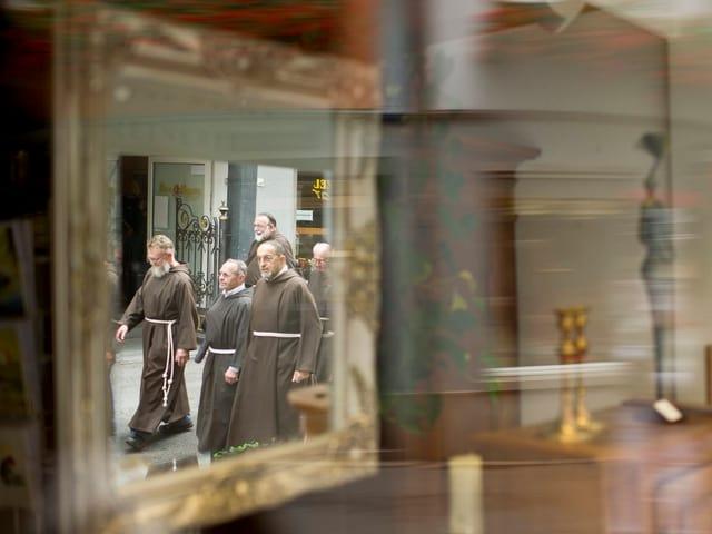 In einem Spiegel ist die Reflektion von Kapuzinern