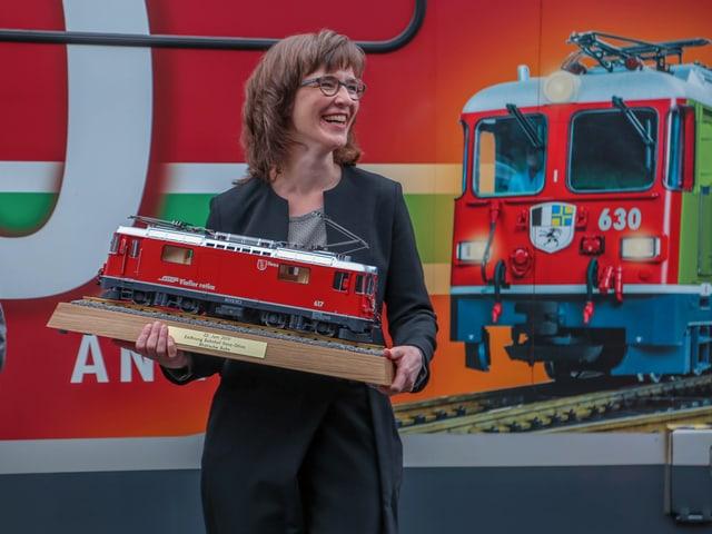 Carmelia Maissen tegn ina locomotiva miniatura.