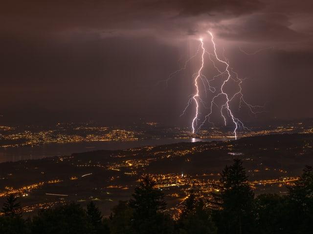 Blitz und Lichter der Ortschaften am Zürichsee.