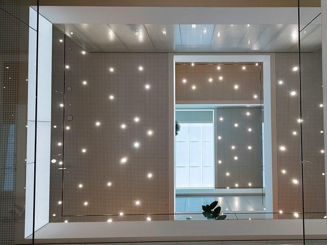 Scheibe mit kleinen Lichtern