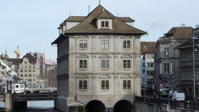 Elektroarbeiten in städtischen Bauten (im Bild: das Zürcher Rathaus) falsch abgerechnet: Zwei Männer stehen nun vor Gericht.