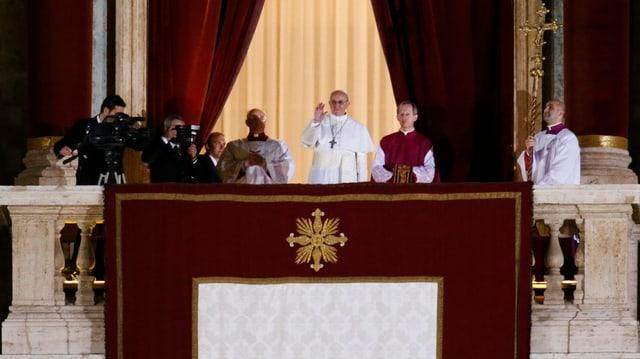 Papst Franziskus I. auf der Loggia des Apostolischen Palastes.