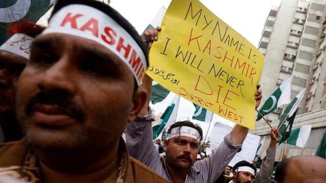 Vor der Aussgangssperre demonstrierten Kaschmiris gegen Indiens Pläne, Kaschmir die Autonomie zu entziehen.