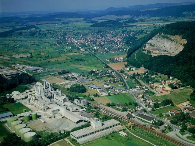 Luftaufnahme von Würenlingen. Im Vordergrund das Zementwerk. Im Hintergrund die Deponie.