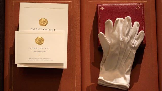 Medaille, Urkunde und Handschuhe
