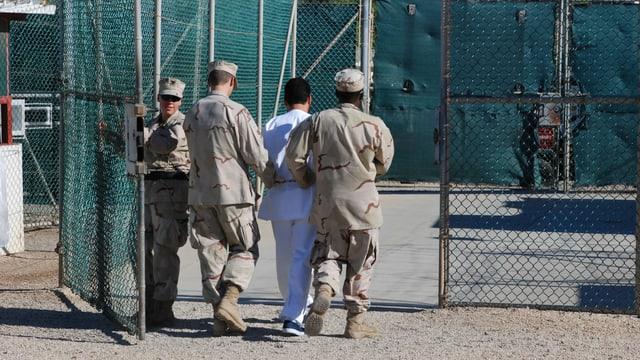 Ein Häftling auf Guantanamo wird abgeführt.