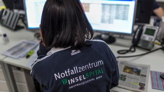 Eine Spitalmitarbeiterin in der Notfallabteilung am Telefon.