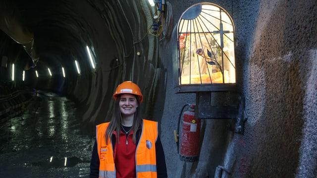 Anja Preisig am Tunneleingang mit Heiligenstatue.