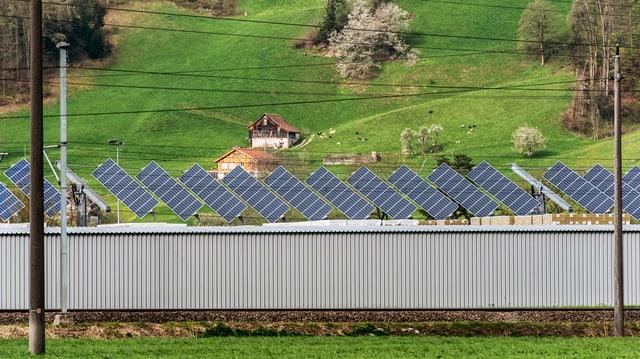 Solarzellen auf einem Firmendach in Flums SG
