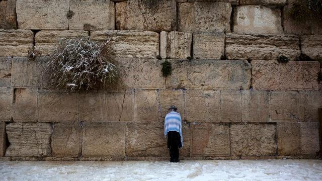 Mann vor Klagemauer.