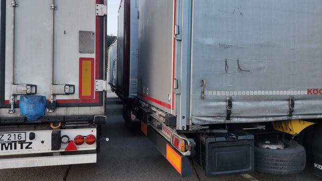 Eng parkierte Lastwagen.