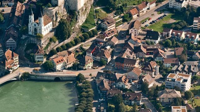 Luftaufnahme mit Blick auf die Bahnhofstrasse in der Bildmitte, vorne im Bild die Aare, oben links im Bild die Kirche.