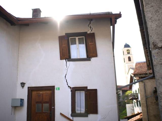 Ein älteres Haus mit grossen Rissen in der Fassade.