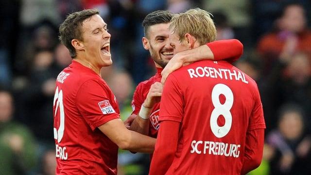 Die Freiburger feiern Jan Rosenthal, den Torschützen zum 1:0.