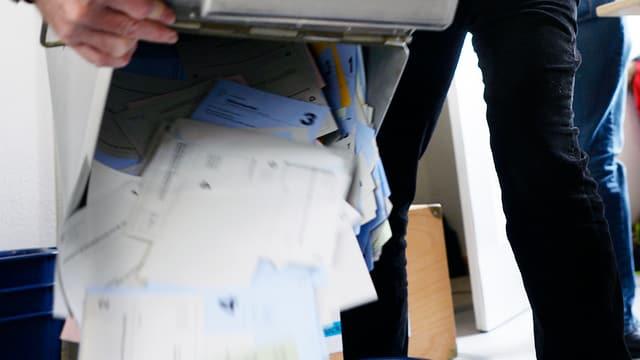 Ausleeren einer Abstimmungsurne