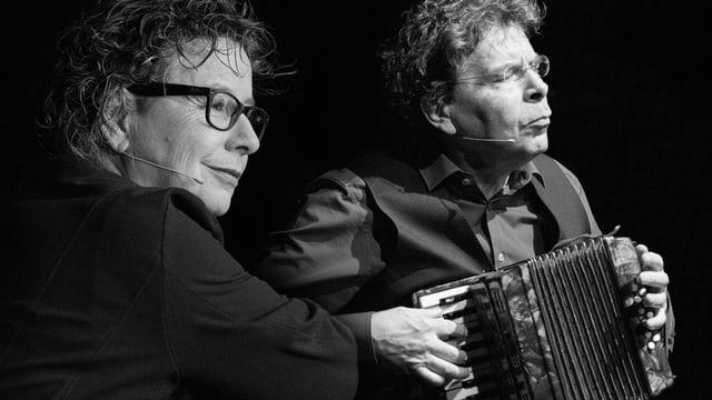 Das Duo Birkenmeier auf der Bühne. Michael Birkenmeier spielt Akkordeon.