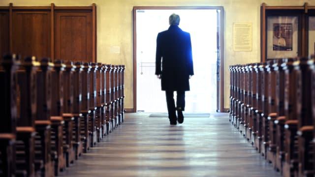 Ein Mann verlässt eine Kirche.