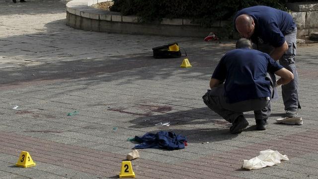 Israelische Polizisten untersuchen den Ort einer Messer-Attacke