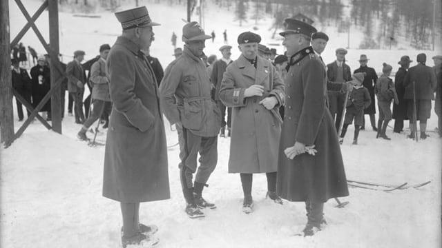 Die Schiedsrichter des Militär-Patrouillenlaufs aus Frankreich, Italien, Polen und der Schweiz beim kollegialen Plausch bei den Olympischen Spielen 1928.