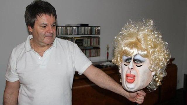 Makenbauer Piero Galbusera hält eine Maske der legendären Giacobbo-Figur Debbie Mötteli hoch.