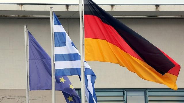 Die Fahne der Europäischen Union mit der von Deutschland und Griechenland.