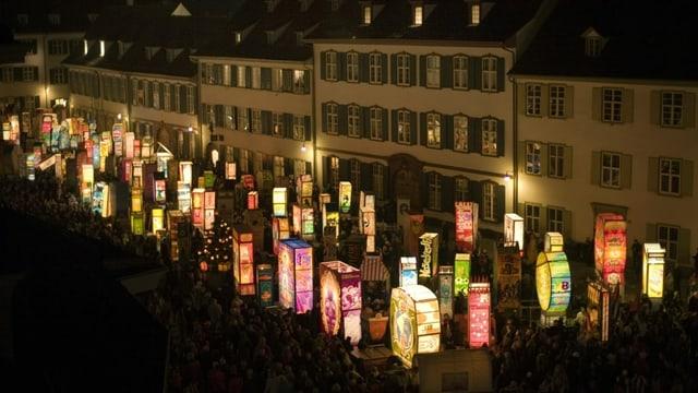 Laternen leuchten auf dem Münsterplatz in Basel