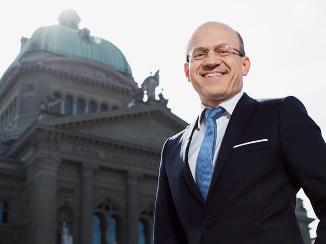 Porträt von Philipp Burkhardt vor dem Bundeshaus in Bern.