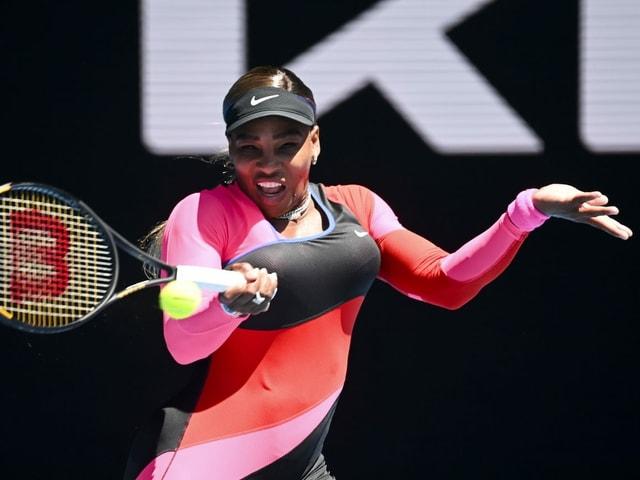 Serena Williams schlägt eine Vorhand.