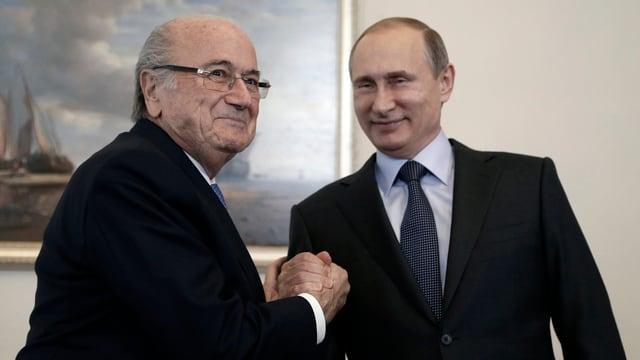 Sepp Blatter und Wladimir Putin machen einen «Handshake».