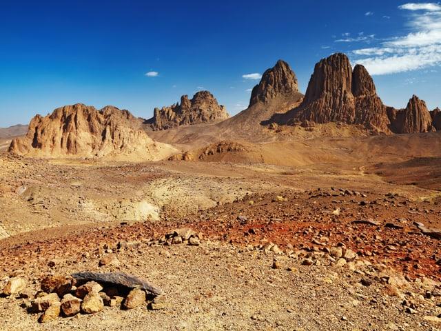 Die trockene Sahara mit eine imposanten Bergen im Hintergrund.