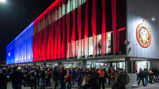 Fans vor einem Stadion