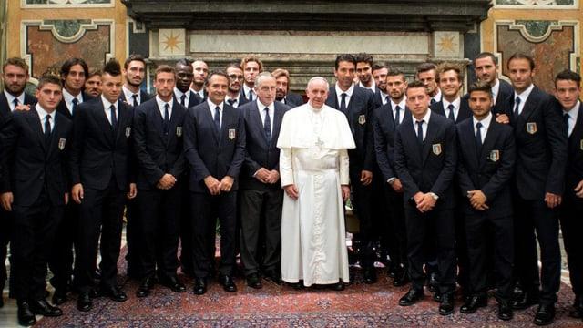 Papst posiert mit beiden Mannschaften für die Presse.