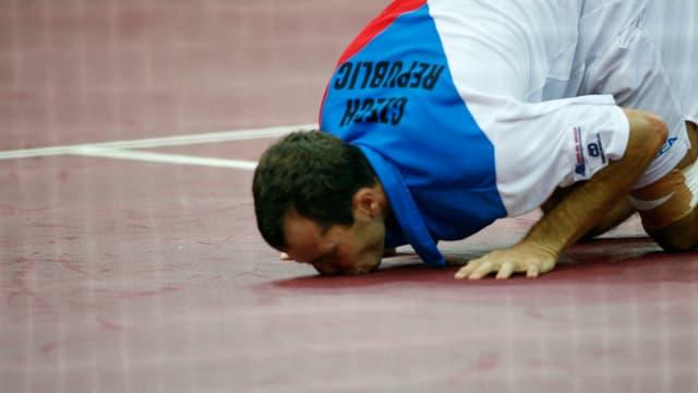Stepanek küsst im September 2007 den Prager Boden.