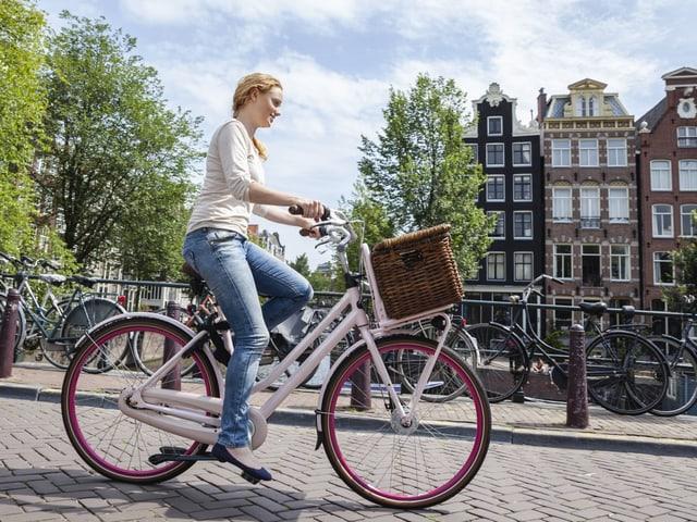 Frau fährt durch Amsterdam