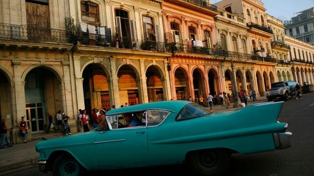 Strassenzene in Havanna mit Oldtimer-Taxi