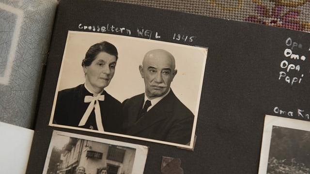 Schwarzweissaufnahme eines Paars: Blick in ein Fotoalbum.
