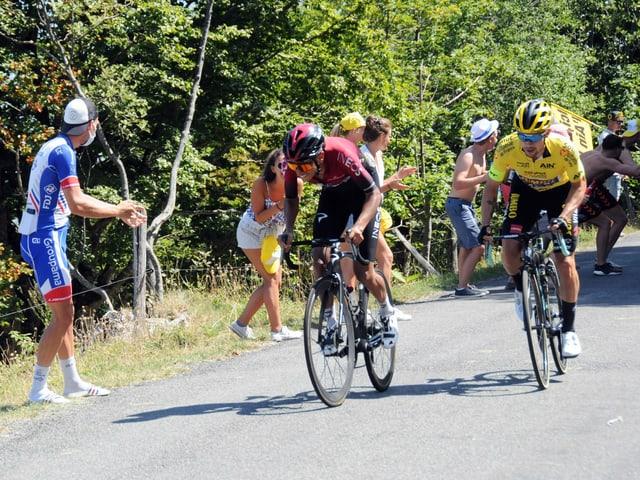 Egan Bernal (l.) und Primoz Roglic bekämpfen sich an der Dauphiné-Rundfahrt.