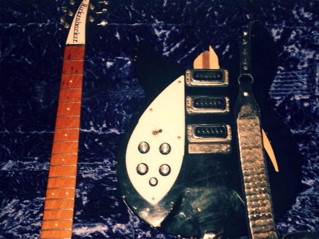 Der kaputte Rickenbacker von Christian Bland: Das gute Stück hat einen Flug nicht unbeschadet überlebt. Zum Glück kann man den Gitarren-Hals einfach wieder anleimen.