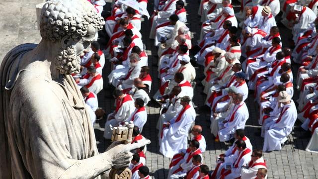Metropoliten und die St. Peter-Statue im Vatikan